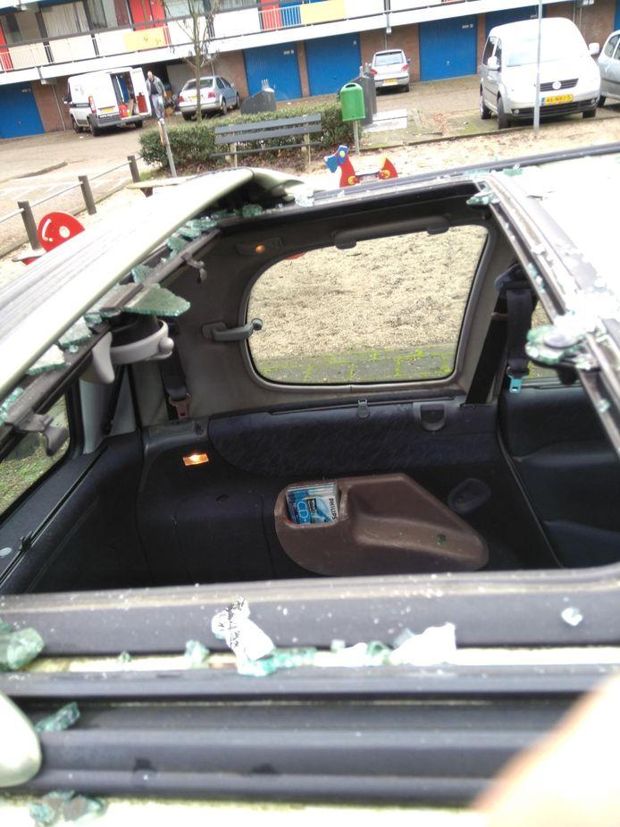 Het dakraam van de auto van Ton van der Horst werd vernield door een aantal keitjes.