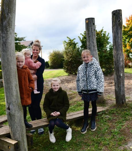 Ouders en kinderen verrast door graafmachine in speeltuin Boterbloem Rijssen; wethouder belooft gesprek