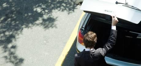 Man slaat in op 'rivaal' en stopt hem in zijn kofferbak na twist om naaktfoto's