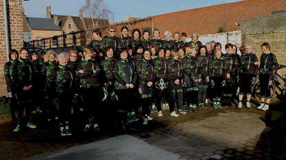 Vrouwen van Wielerclub Vredetrappers starten seizoen in nieuwe outfit