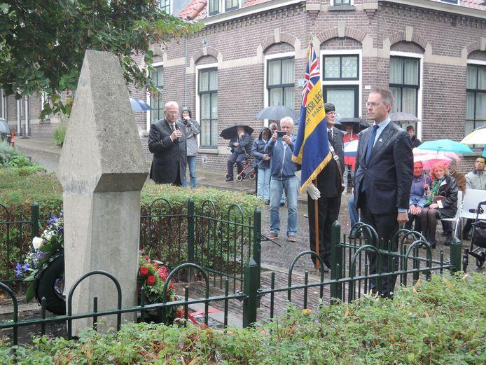 Herdenking bij het Market Garden Monument in de Arnhemse wijk Lombok. Wethouder Martijn Leisink staat stil bij de Britse militairen die hier in september 1944 sneuvelden.
