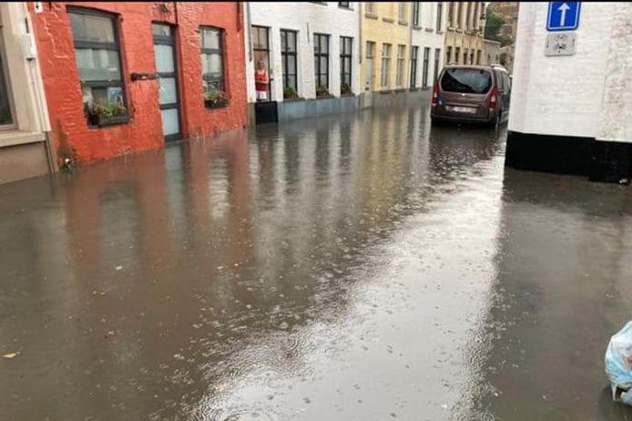 Ook in enkele Brugse centrumstraten stond het water plots hoog.
