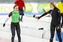 Femke Kok krijgt de felicitaties van Jutta Leerdam (rechts) na het winnen van  de 500 meter in actie tijdens de NK afstanden.