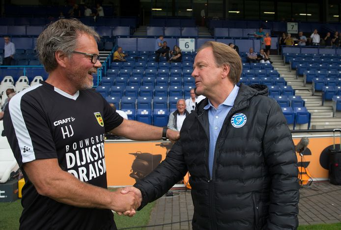 De trainers Henk de Jong van Cambuur (links) en Mike Snoei van De Graafschap bij een eerder onderling duel.