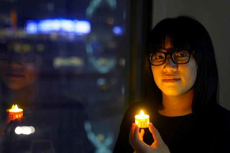 Activiste Chow Hang Tung riep mensen op om ondanks het politieverbod het bloedbad op het Plein van de Hemelse Vrede te herdenken door het aansteken van een kaars. Beeld REUTERS