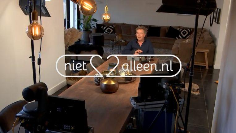 Bert van Leeuwen presenteert vanuit zijn woonkamer Nietalleen.nl Beeld null