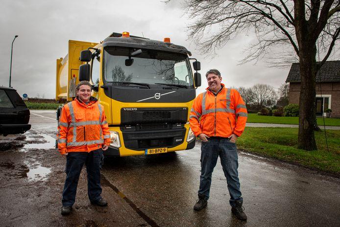 Chauffeur Erik Klootwijk (r) en zijn tijdelijke hulp Mark Spitters zijn maar wat trots op de zelfladende huisvuilwagen in Gilze en Rijen.