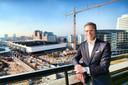 Directeur van de Jaarbeurs Albert van Arp op de zesde verdieping van het Beatrixgebouw uitkijkend op het Jaarbeurscomplex.
