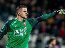 FC Twente-trainer Verbeek passeert doelman Brondeel