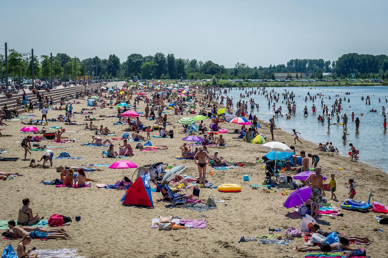 Drukte op het strand van Nesselande. Op warme dagen komt er extra toezicht, zo belooft wethouder Eerdmans.