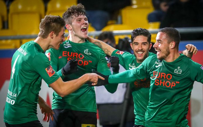 Van l naar r: Voet, Holmes, Camargo en Basani na een nieuwe Roeselare-goal.