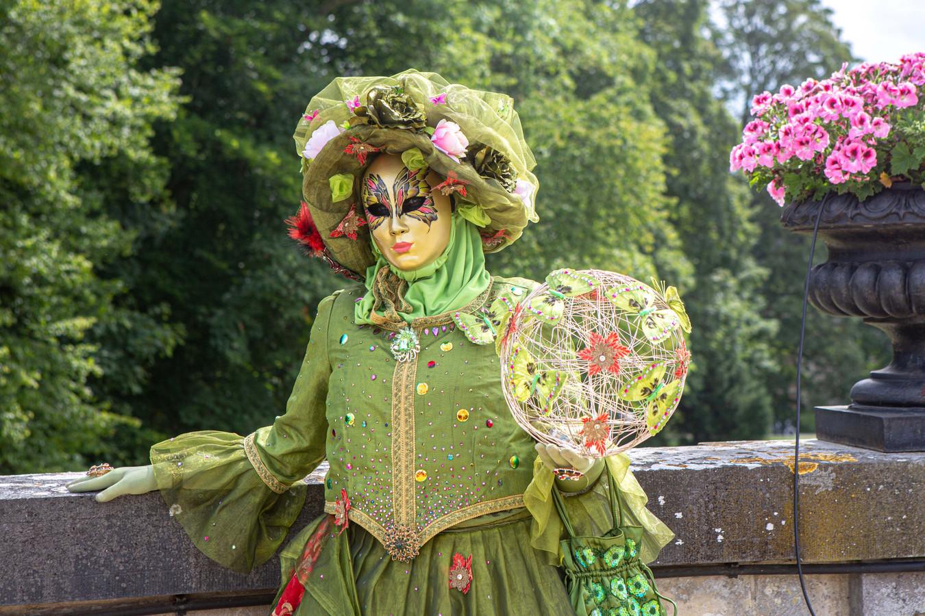 Een lid van Regards Vénitiens met Venetiaans kostuum.