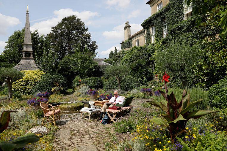 Prins Charles in zijn tuin bij Highgrove House in Tetbury. Beeld Clarence House