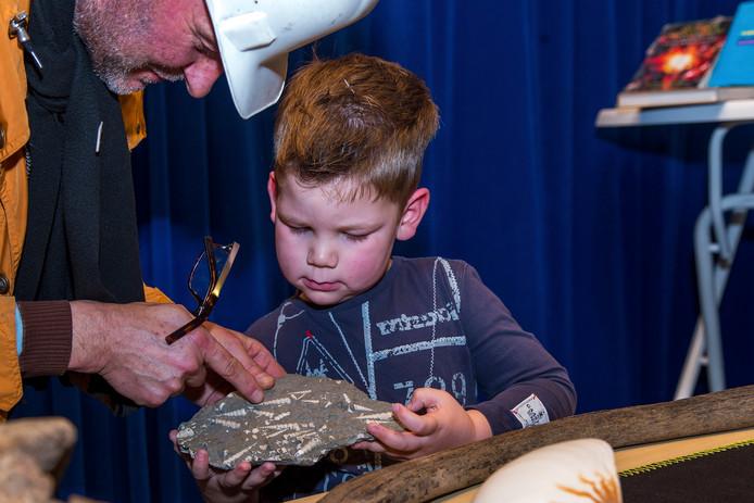 Een medewerker van Natuurhistorische Museum De Oersprong geeft een presentatie in het Wilhelmina Kinderziekenhuis.