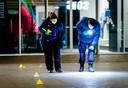 Forensisch onderzoek in de Grote Marktstraat in Den Haag. Bij een steekpartij zijn drie mensen gewond geraakt.