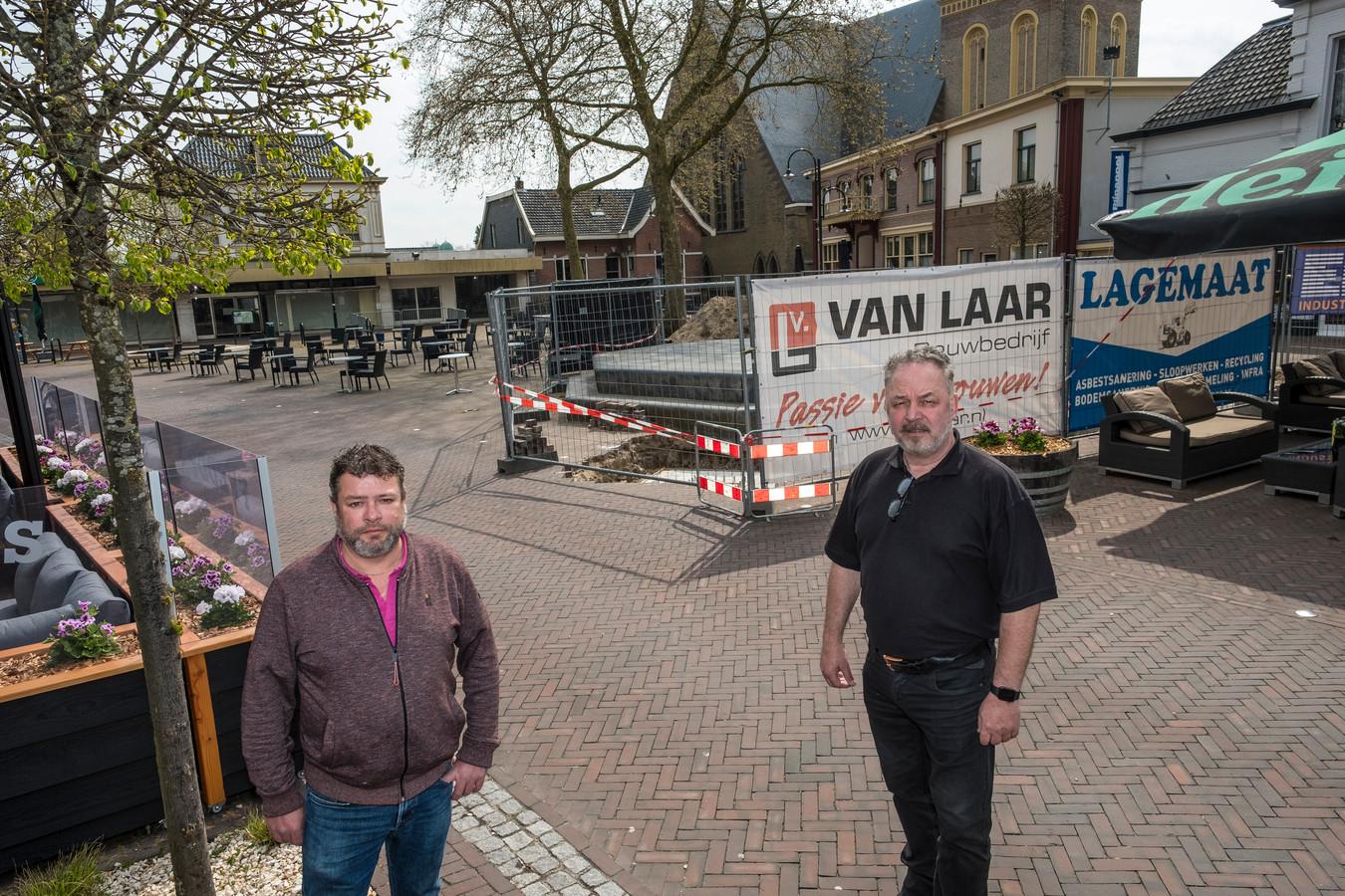 Horeca-ondernemers Ronald Langenberg en Freddy Eijsvogel kijken reikhalzend uit naar afronding van het podium, nu het terrasseizoen weer is geopend.