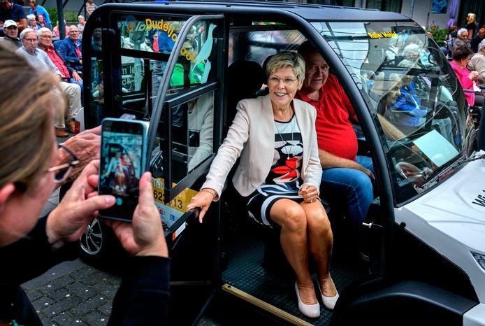Wethouder Joanne Blaak van de gemeente Hoeksche Waard mocht als eerste plaatsnemen in de Maasdams-Puttershoekse dorpsshuttle Wielewaal, de Raijer Mobiel die vernoemd is naar Aad Raijer