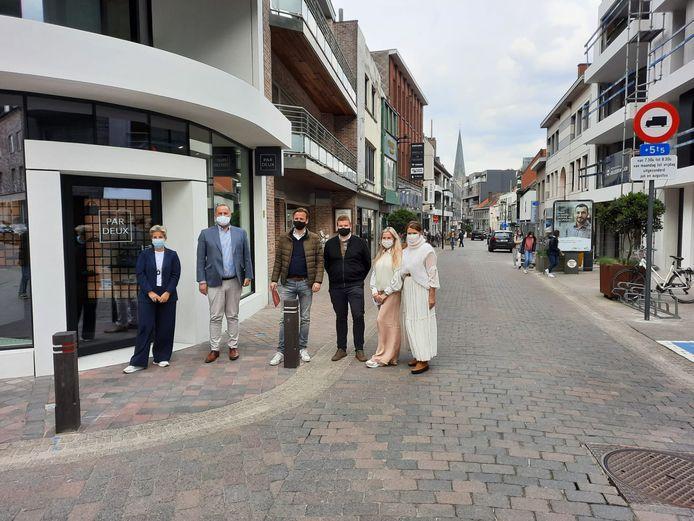 Waregem plant een relance-event op 12 en 13 juni, om meer klanten naar de winkels en horecazaken in de stad te lokken.  Op de foto staan de zaakvoerders van kledingwinkel Nobelle, schoenenwinkel Par Deux en de burgemeester en schepen Chanterie.