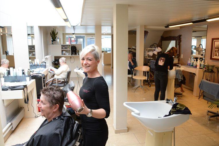 Melissa Strobbe is vandaag al weer aan de slag in een tijdelijk salon aan het Yzerhand.