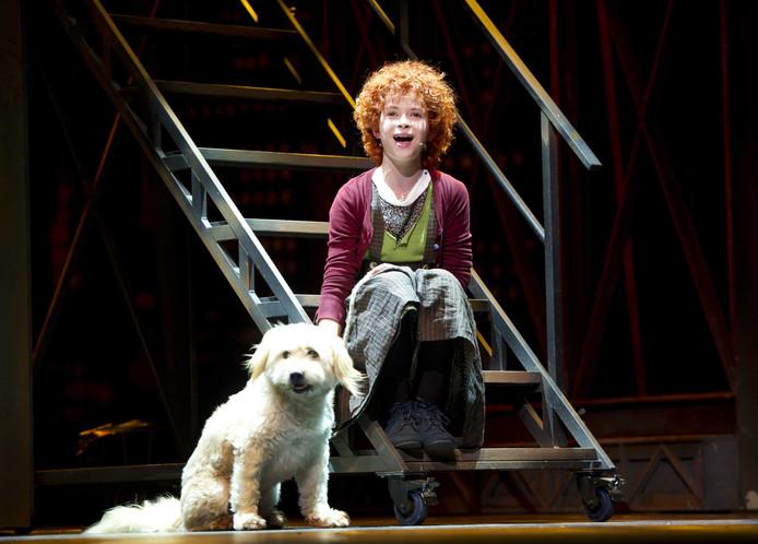 Mirre Licht als Annie tijdens de perspresentatie van de musical Annie.