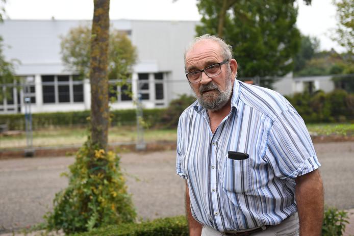 De hekken staan er al, woningbouw nadert. Gerrit Graat uit Haps is er niet gelukkig mee.