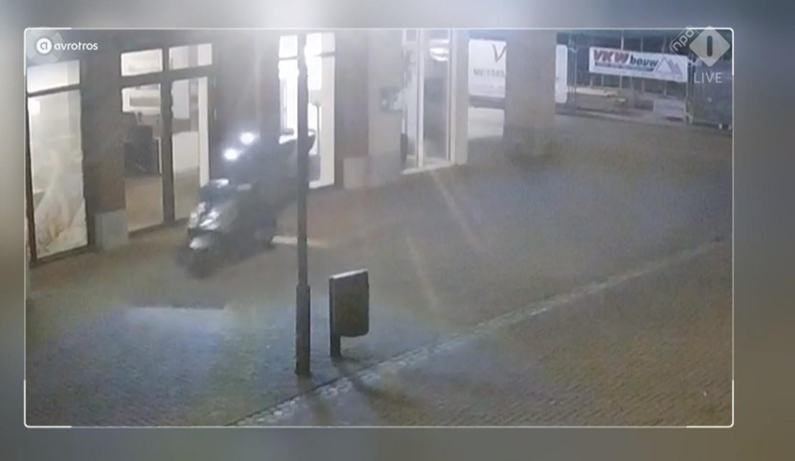 Terwijl op de achterkant de rook van de plofkraak nog niet is opgetrokken, vertrekken de daders van de plofkraak in Uden op een scooter.