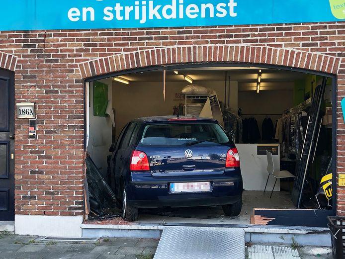 Na een uitwijkmanoeuvre reed de Volkswagen een droogkuis binnen.