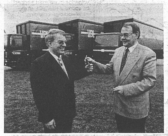 Wim van der Leegte (l) krijgt in 1993 de sleutels overhandigd van nieuwe DAF-75's.