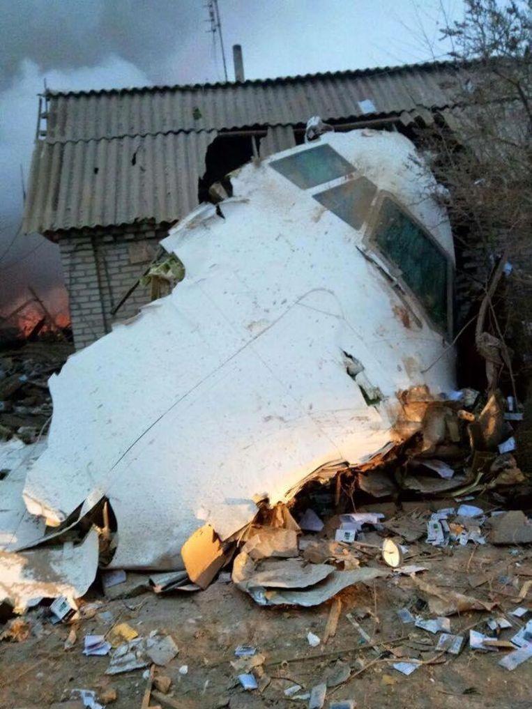 De cockpit van de gecrashte Boeing heeft het dak van een schuur doorboord. Beeld Twitter: @zanoza.kg