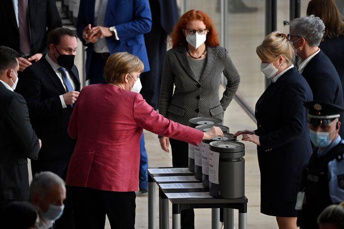 Bondskanselier Angela Merkel tijdens het uitbrengen van haar stem over de controversiële wetswijziging in de Bondsdag in Berlijn woensdag.