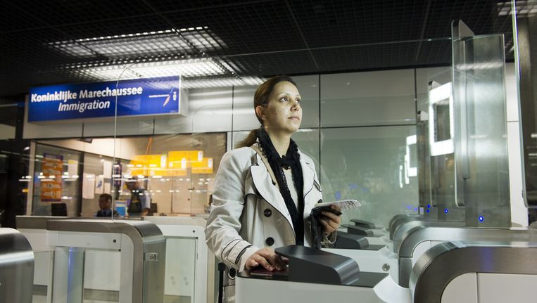 Paspoortcontrole op Schiphol Beeld ANP