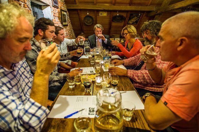 De jury van 2015, met aan het hoofd van de tafel commissaris van de koning Wim van de Donk, in beraad.