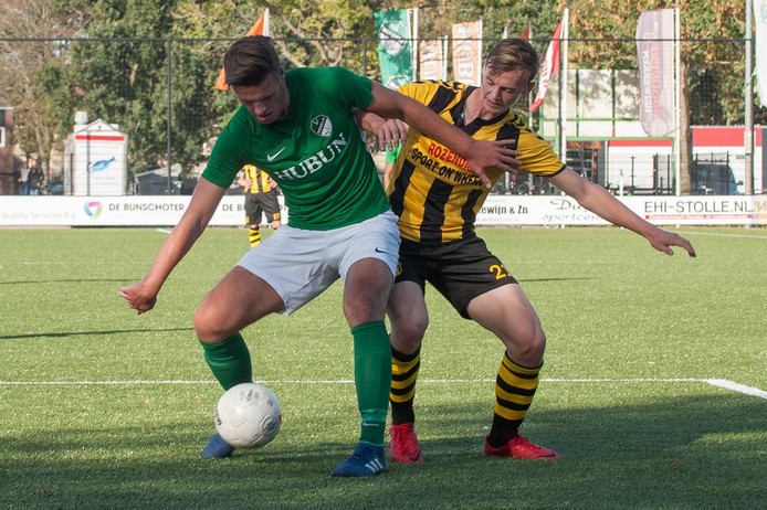 Julian de Ruiter (rechts) trekt na de zomer het shirt van Berkum aan.