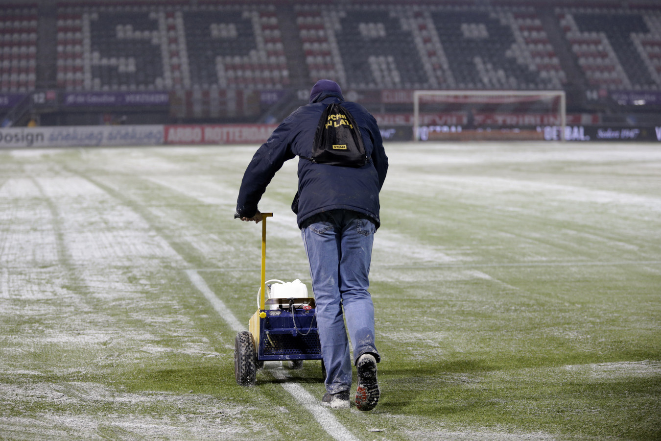 Het veld wordt zo goed mogelijk sneeuwvrij gemaakt voor de wedstrijd tussen Sparta en PSV.
