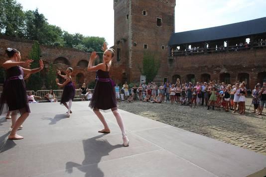 Danseressen van dansschool Giants op de binnenkoer tijdens de kunst- en cultuurhappening voor de jeugd in 2015. Een mobiel podium zou meer mogelijkheden kunnen bieden.