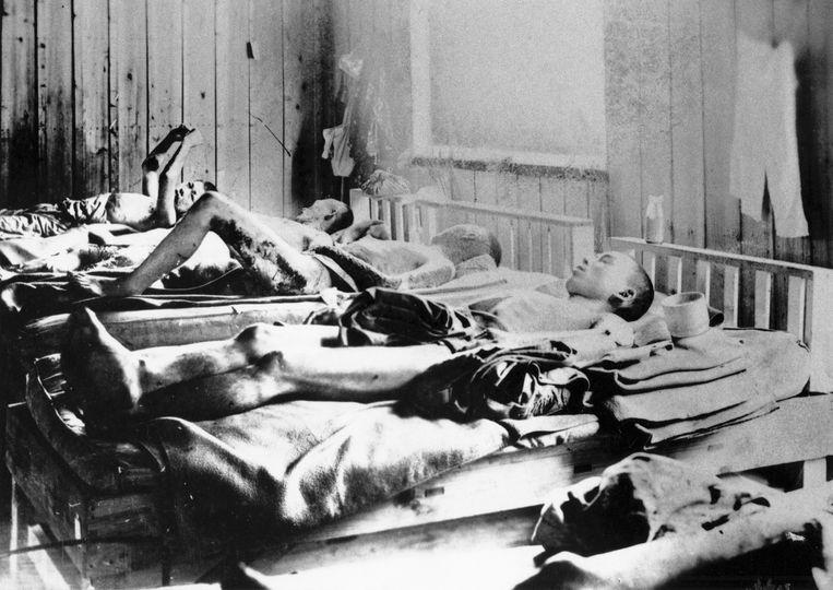 Overlevenden van de explosie krijgen te maken met stralingsziekte, in een ziekenhuis in Hiroshima.  Beeld Getty Images