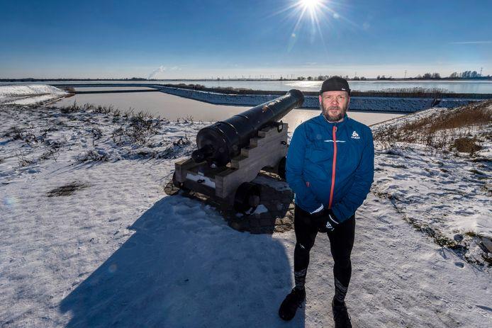 Martijn van Schaik houdt later dit jaar een solo-triatlon, onder meer langs de kanonnen van de Waterschans, vlakbij bedrijventerrein Noordland.