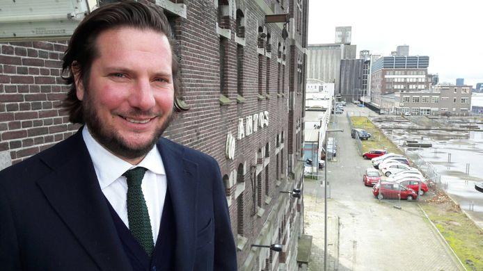 Stilwerk-directeur Alexander is tevreden over het pakhuis Santos op Katendrecht. Het pakhuis wordt omgebouwd tot een designcentrum.