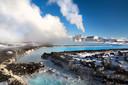 Engergiecentrales op IJsland, zoals de Svartsengi-centrale, gebruiken aardwarmte om elektriciteit op te wekken