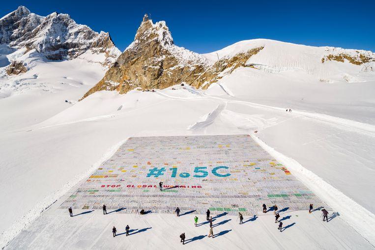 Een foto gemaakt met een drone laat een gigantische ansichtkaart zien. De 'technische haalbaarheid' om de opwarming tot 1,5 graden te beperken is snel aan het slinken. Beeld EPA