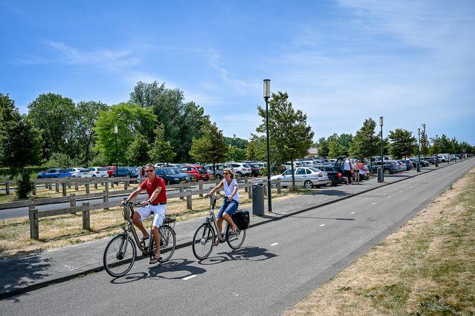 Bezoekers van het strand van Rotterdam-Nesselande parkeren hun auto vaak aan de Kosboulevard. Volgens de peiling van Nesselande.info willen wijkbewoners een parkeergarage.