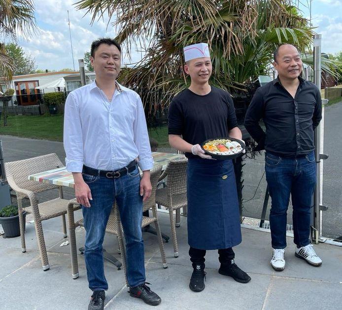 Vlnr Xi Dai , Wenjin Dong (chef kok) en Zonmin Yangi van camping de Oude Molen en cafetaria De Bats.