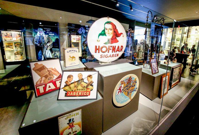 De tentoonstelling gaat onder meer over de verleidelijke tabaksreclame