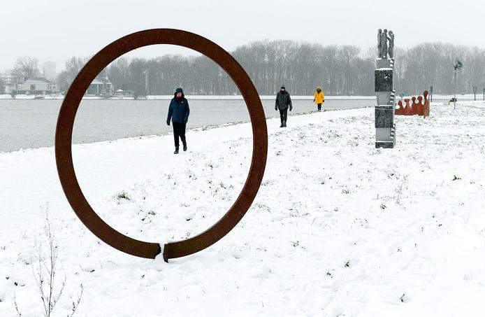 De 'Beeldenboulevard' op het Merwehoofd in Papendrecht. Die beelden verdwijnen als de subsidie aan de Stichting Beeldenpark Drechtoevers daadwerkelijk wordt gestaakt.