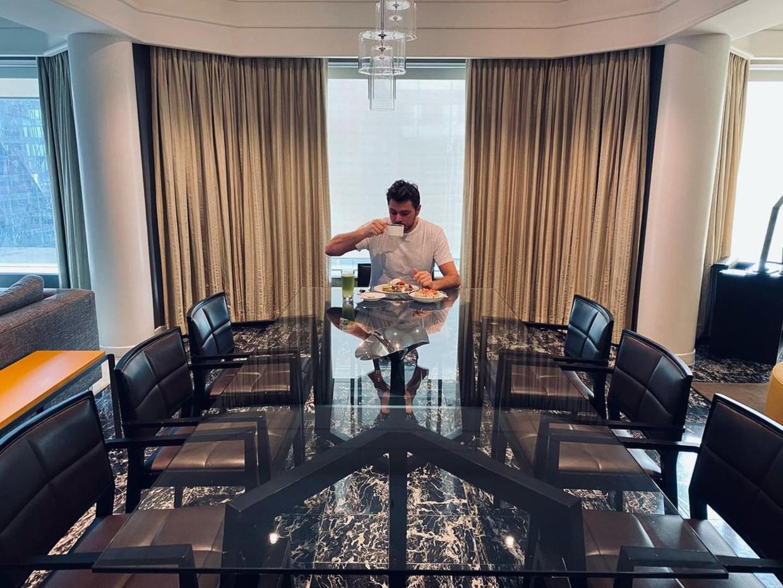Stan Wawrinka zit aan het ontbijt in zijn hotelkamer in Melbourne. Beeld RV