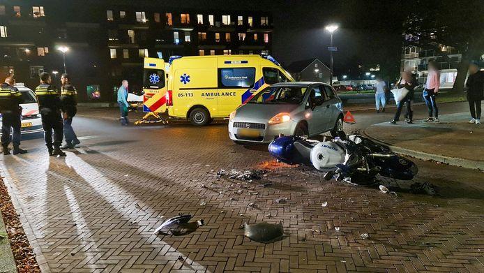 De motor ligt op straat na de botsing met een auto.