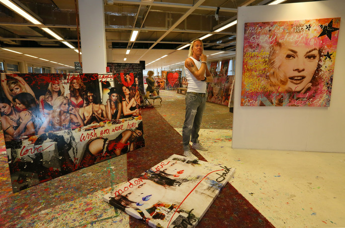 Jack Liemburg in zijn oude atelier aan de Stationsstraat. Foto archief