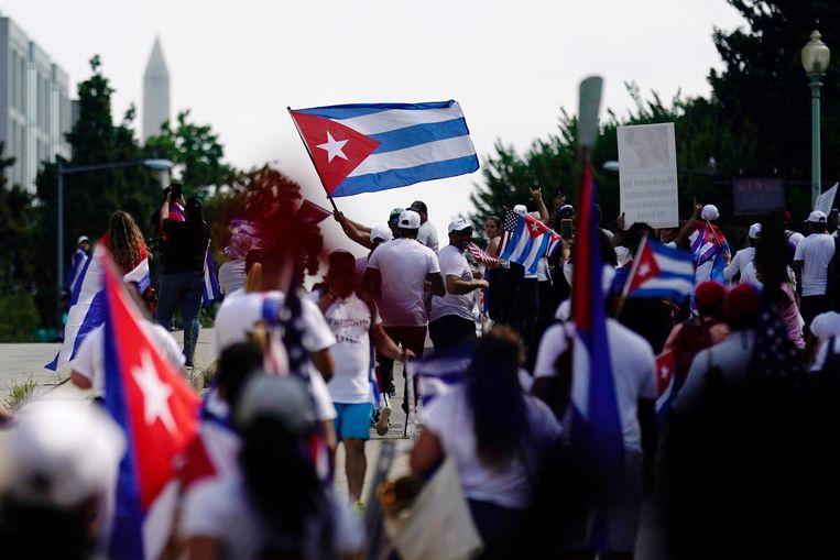 Cubanen en Cubaans-Amerikanen demonstreren aan de Cubaanse ambassade in Washington. Beeld EPA