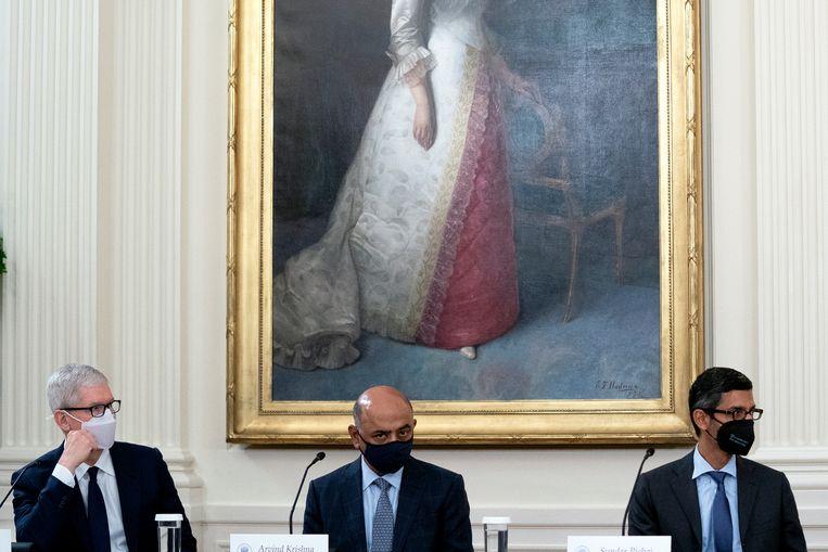 Tim Cook (Apple), Arvind Krishna (IBM) en Sundar Pichai (Alphabet, het moederbedrijf van Google) woensdag tijdens hun meeting met Joe Biden in het Witte Huis Beeld EPA