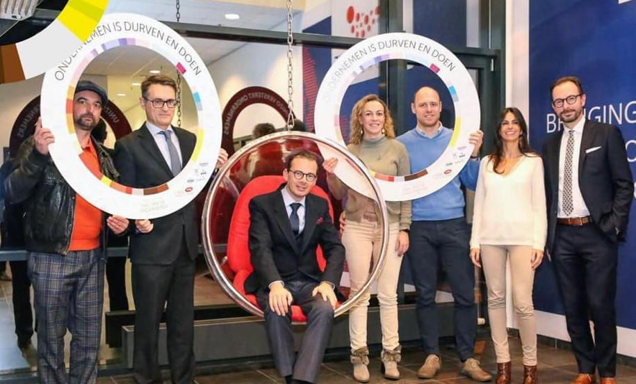 Minister van Volksgezondheid Wouter Beke op de foto met UNIZO Limburg en Farmaline, het Tongerse online farmabedrijf.